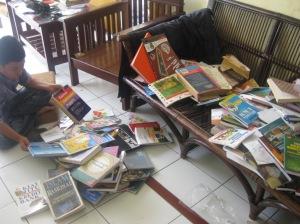 Menyortir buku yang kebanjiran